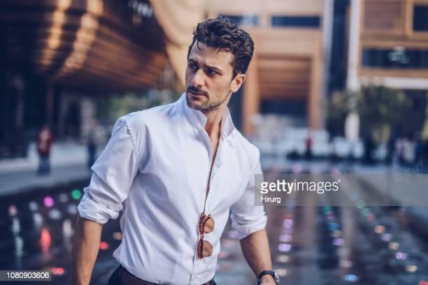 bel homme chic, marche dans la rue - mannequin métier photos et images de collection