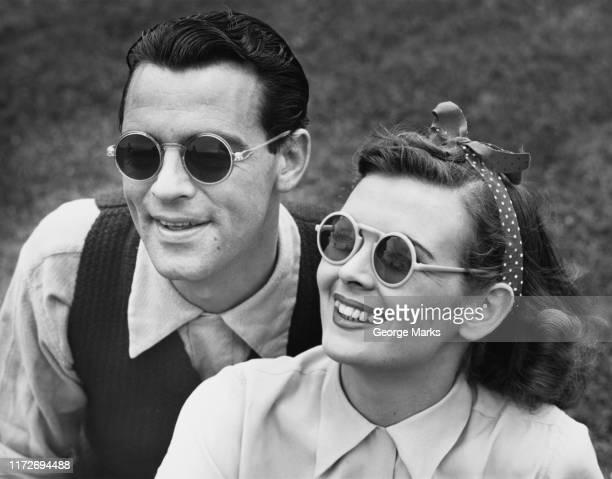handsome couple - de archivo fotografías e imágenes de stock