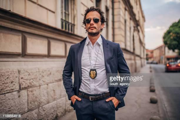 街の通りにハンサムな探偵 - 保安官 ストックフォトと画像