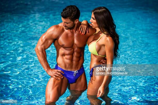Corte bonito Casal na piscina
