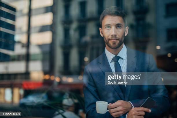 guapo caballero en el café - masculinidad moderna fotografías e imágenes de stock