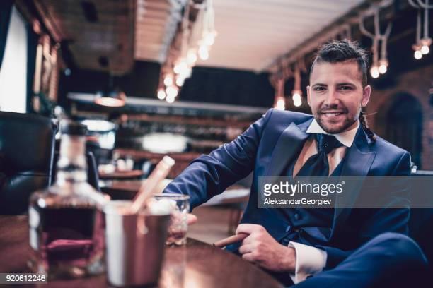 Hipster bel homme d'affaires Golding verre de Whisky et de tabac