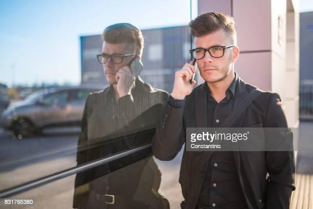 Hübsche Hipster modernen Geschäftsmann auf Handy anrufen