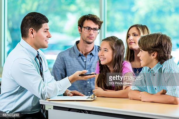 Atractivo familia hispana consultor con el cliente