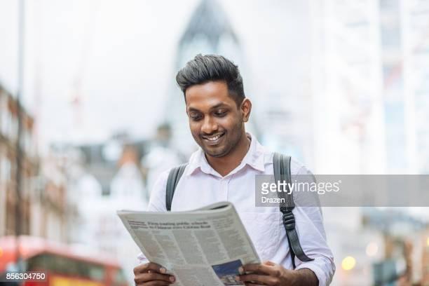 Schöne indische Marktspezialist finanzielle Zeitung lesen