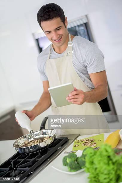 Bel homme cuisiner à la maison latine