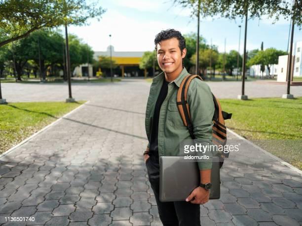 guapo estudiante universitario masculino - estudiante fotografías e imágenes de stock
