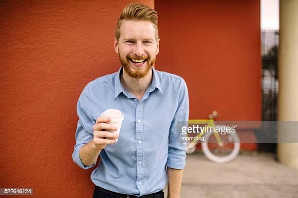 Gut aussehender Mann trinkt Kaffee