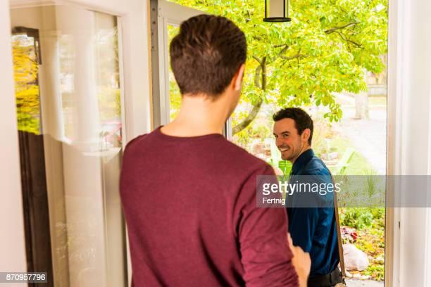 Beau couple homosexuel masculin.  Partir au travail.  Personnes réelles.  Vrai couple.
