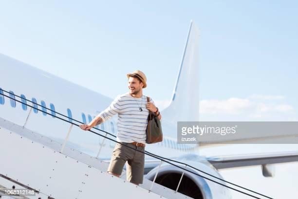 gut aussehender mann einen weiterflug - izusek stock-fotos und bilder