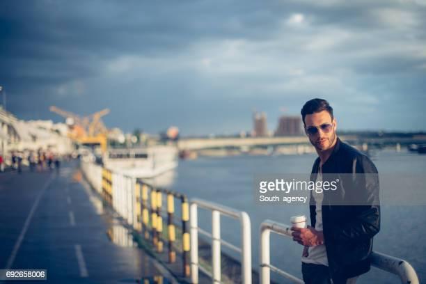 Gut aussehender Mann am Fluss