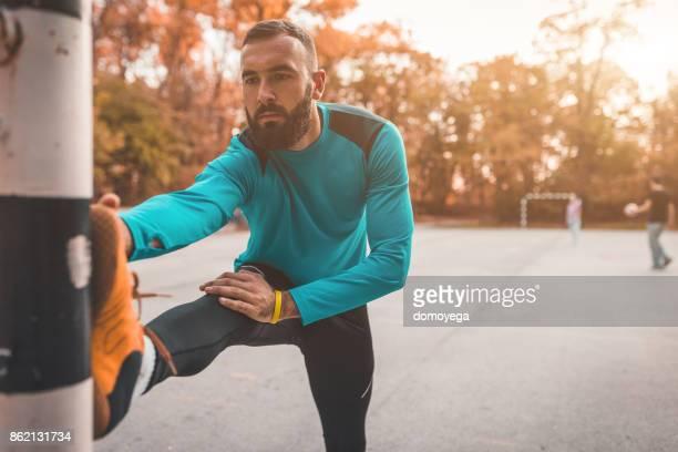 屋外で運動するハンサムな男