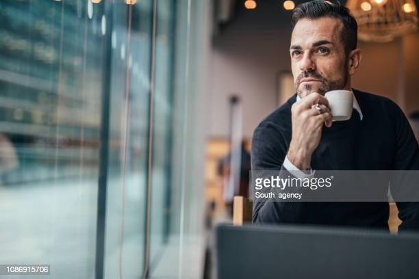 homem bonito no café - charmoso - fotografias e filmes do acervo