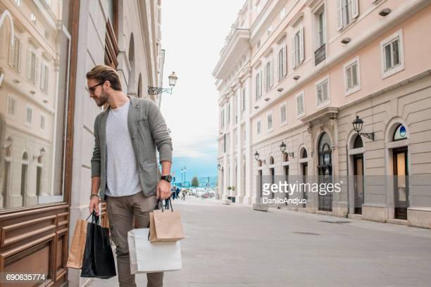 stilig man i shopping
