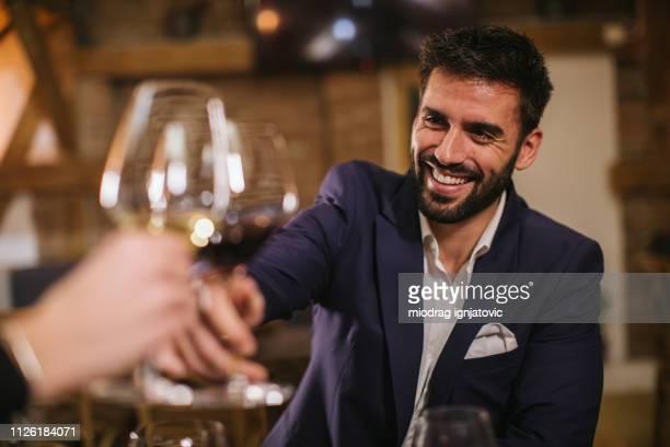 bell'uomo in cantina - cena foto e immagini stock