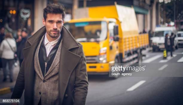 冬のコートでハンサムな男