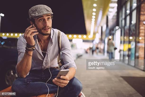 Hombre atractivo escuchando música