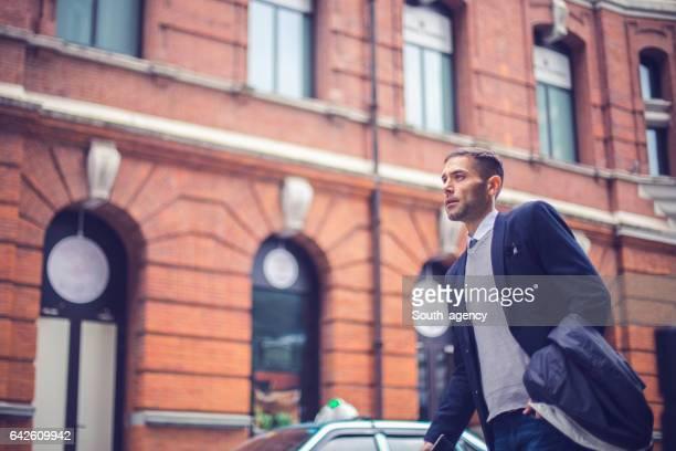Hübscher Mann auf der Straße