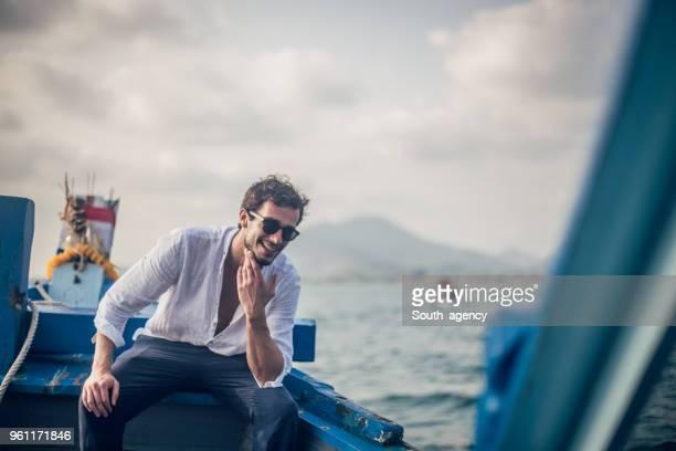 homem bonito de férias - charmoso - fotografias e filmes do acervo