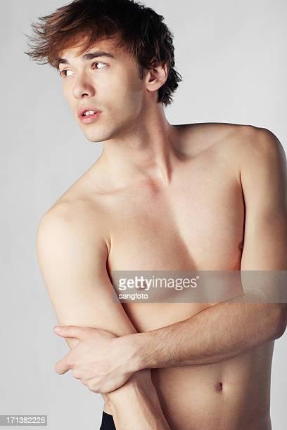 探しの距離にあるハンサムな男性のポートレート - セミヌード ストックフォトと画像