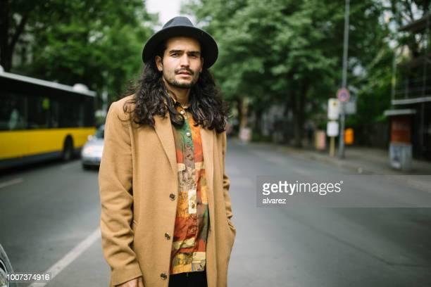 Gut aussehender Mann stehend in der Mitte der Straße