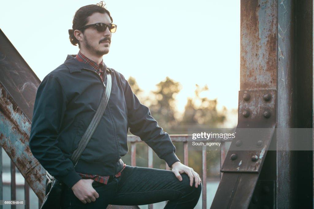 Apuesto hombre de pie en el puente : Foto de stock