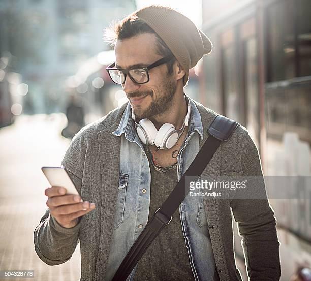 Gut aussehender Mann schreiben eine SMS-Nachricht