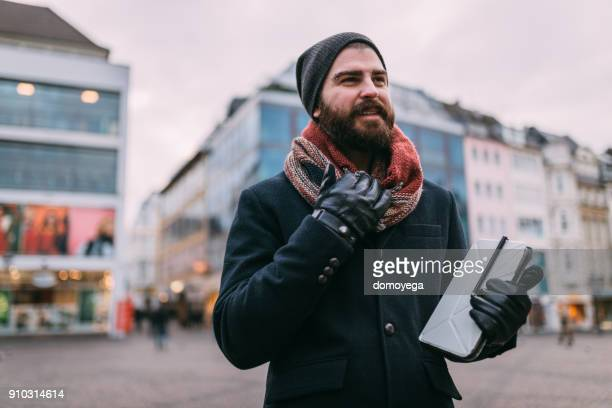 Gut aussehender Mann mit digital-Tablette im Freien auf Wintertag