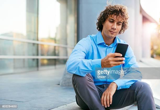 スマートフォンを使用してハンサムな男性