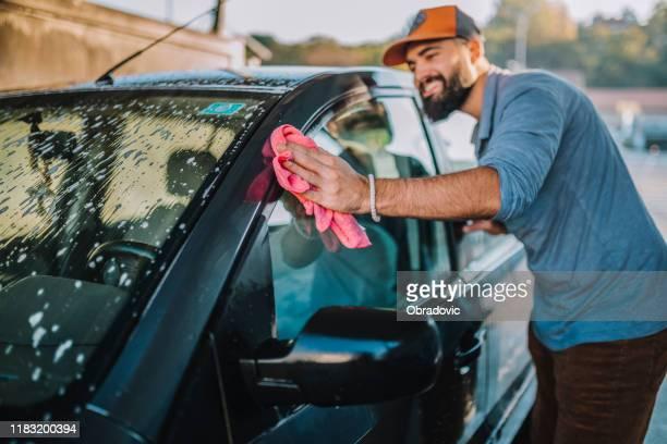 knappe man wassen auto - schoon stockfoto's en -beelden