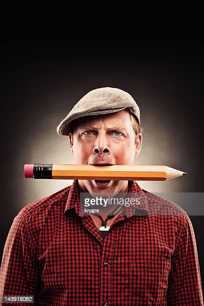 ハンサムな男性、大きなペンシル - くわえる ストックフォトと画像