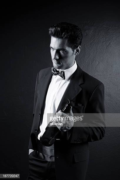 Gut aussehender Mann mit 1 Flasche Champagner