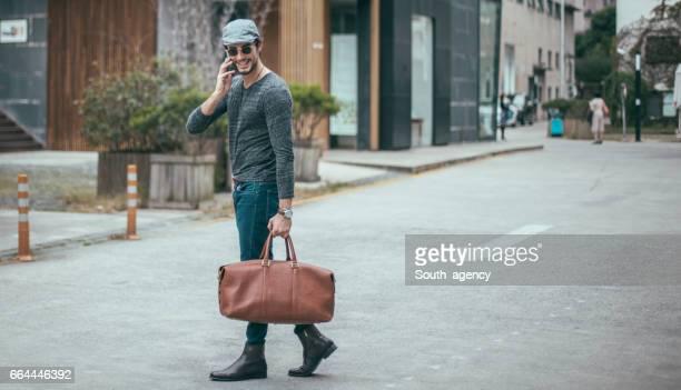 Hombre guapo con bolso de cuero