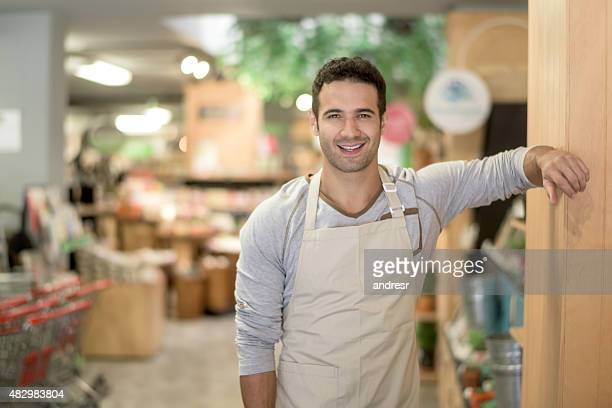 handsome man working at a supermarket - col blanc photos et images de collection