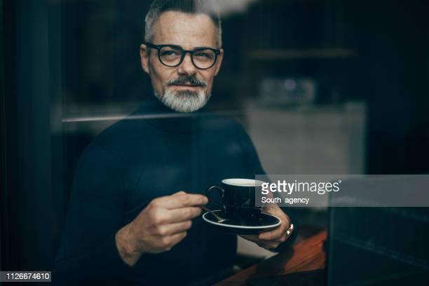 bel gentiluomo maturo in pausa caffè - solo un uomo maturo foto e immagini stock