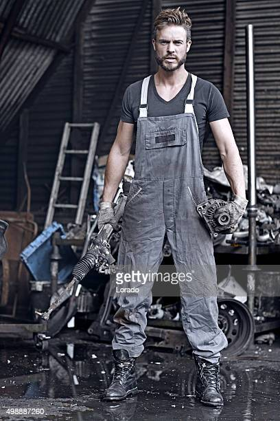 Schöne Mechaniker posieren in Autofriedhof