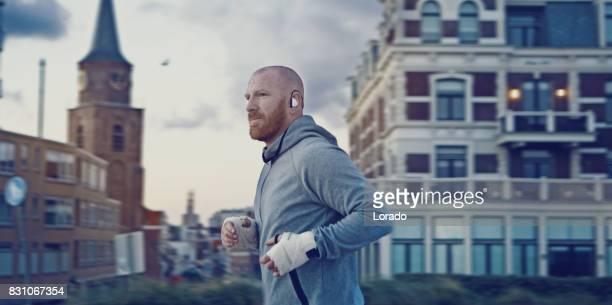 Knappe Middle Aged bebaarde Man uitoefenen van Outdoors in Noord-Europa