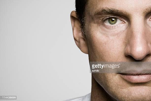 bell'uomo maturo - occhi nocciola foto e immagini stock
