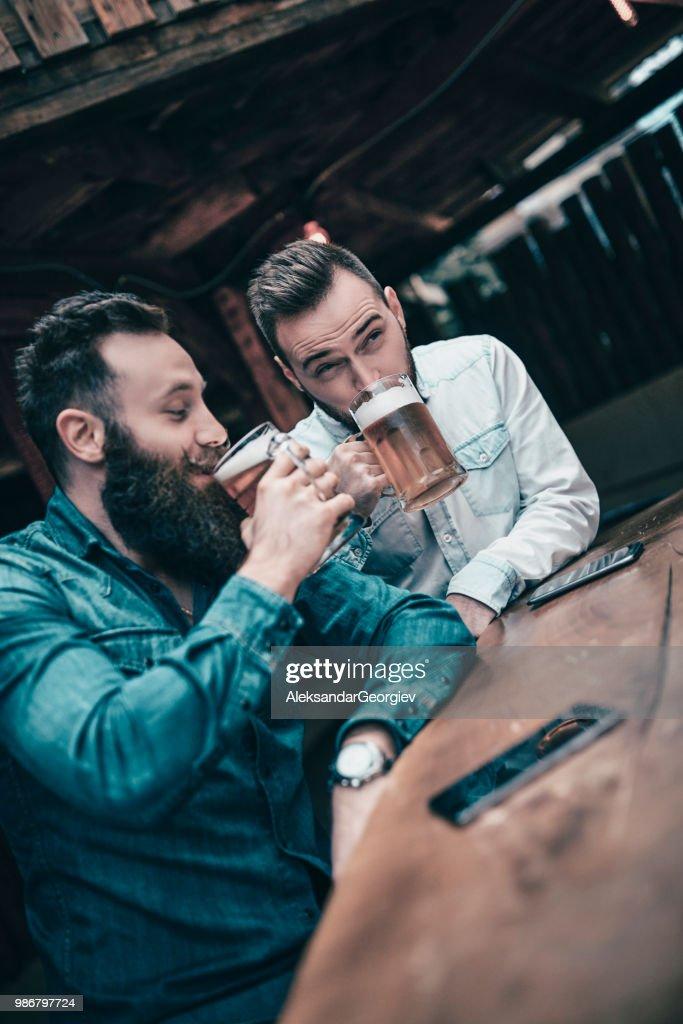 Attraktiv Awesome Handsome Modern Friends Drinking Beer In Pub Stock Photo With Moderne  Bder Bilder