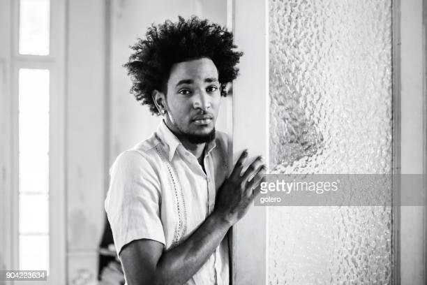 hübscher nachdenklich Afro-karibischen kubanischen Mann an der Tür gelehnt