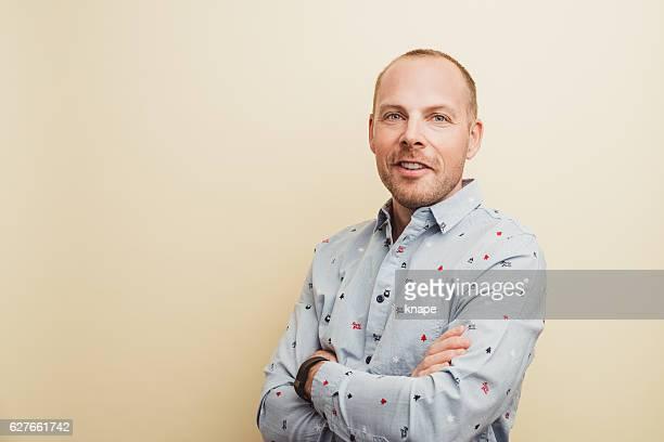 handsome real man in christmas shirt smiling - fundo amarelo - fotografias e filmes do acervo