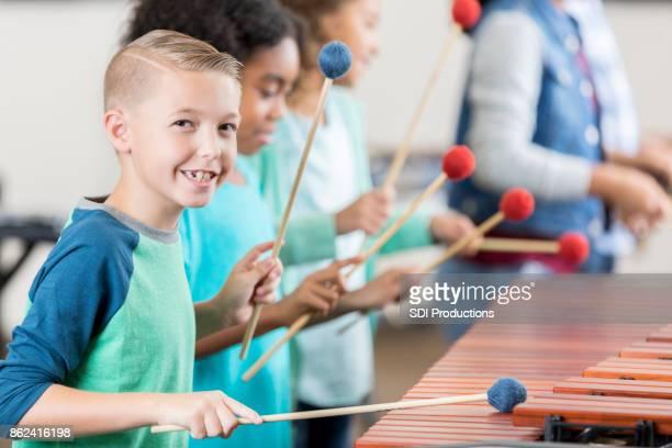 Gut aussehend Gymnasiast spielt Marimba im Percussion Unterricht