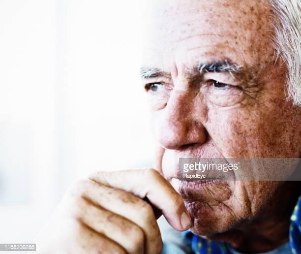 guapo hombre mayor se ve pensativo - lentigo fotografías e imágenes de stock