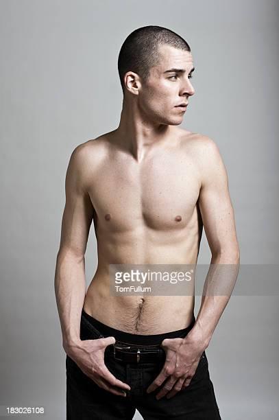 atractivo hombre sin camisa joven posando - hombre delgado fotografías e imágenes de stock