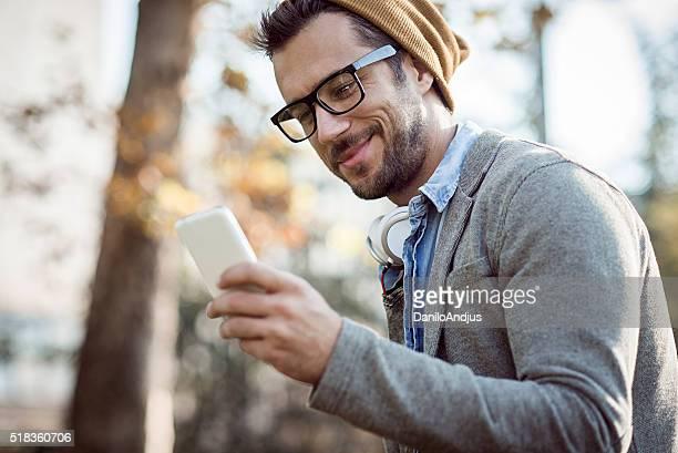 Bel homme de taper des SMS