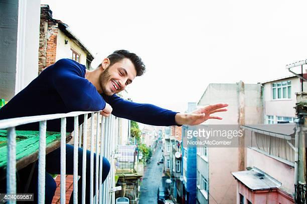 schöne türkischen mann wellen hallo von seinem balkon - winken stock-fotos und bilder