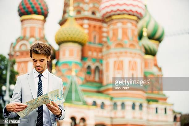 Beau jeune homme d'affaires tenant carte de Moscou