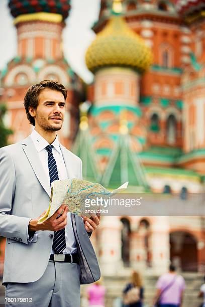 Hübscher junger Geschäftsmann in Moskau, die Straßenkarte