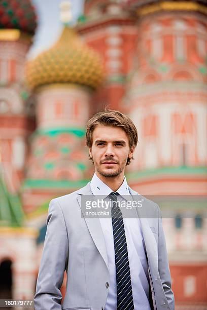 Attraktive junge Geschäftsmann Porträt im Freien