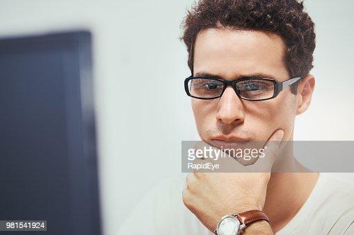Hübscher Junge Dunkelhaarige Mann Schaut Nachdenklich Auf